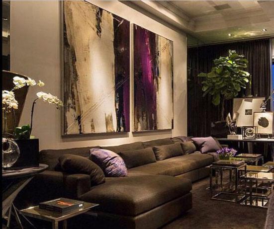 Абстракция над диваном в темном интерьере
