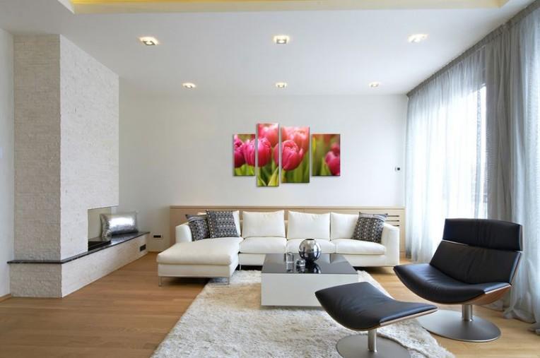 Яркий цветовой акцент в интерьере над диваном
