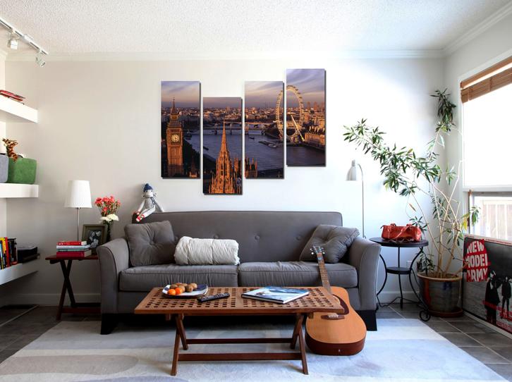 Модульная картина над диваном в квартире путешественника