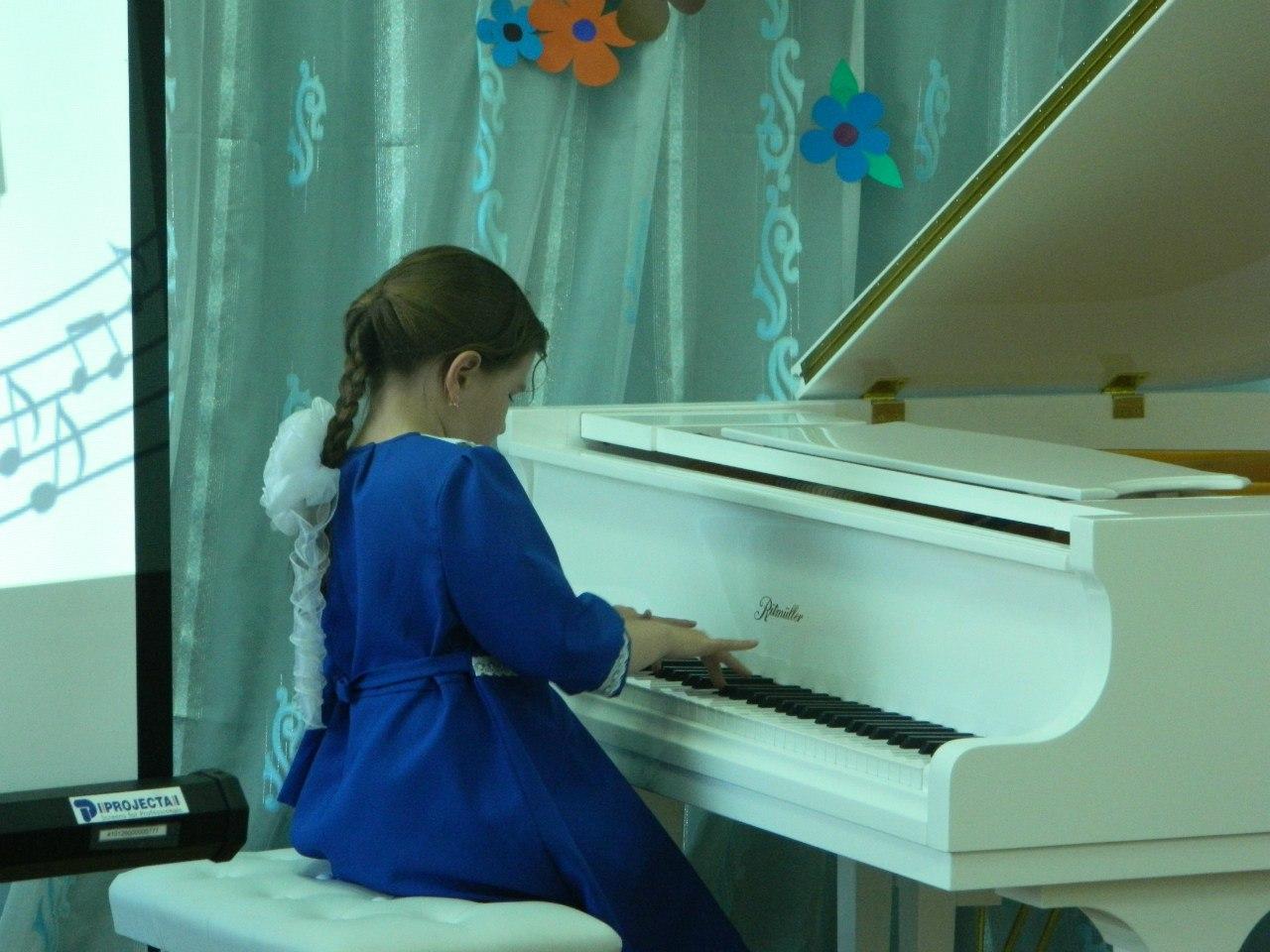 Игра на фортепиано в детской школе искусств в Юрле